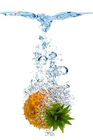 dropped: La formaci�n de burbujas en el agua azul despu�s de la pi�a se ha ca�do en ella.