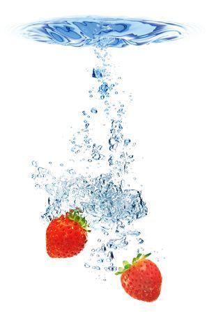 dropped: Un fondo de la formaci�n de burbujas en el agua despu�s de las fresas se cay� en �l. Foto de archivo