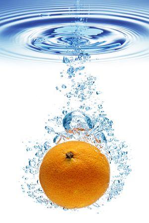 splash sinas: Een achtergrond van bellen vorming in het blauwe water nadat Oranje is gedaald in het.  Stockfoto