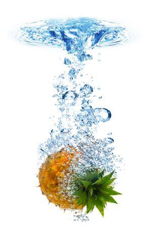pi�as: La formaci�n de burbujas en el agua azul despu�s de la pi�a se ha ca�do en ella.