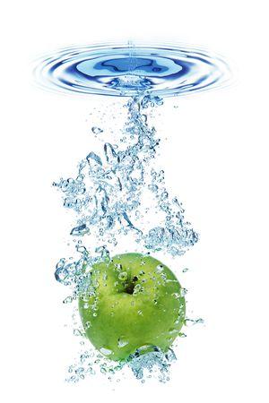 appel water: Groene appel onder water met een parcours van transparante luchtbellen. Stockfoto