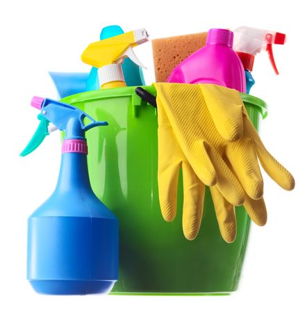 d�sinfectant: Wet seau en plastique avec les fournitures de nettoyage isol� sur fond blanc