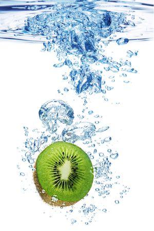 dropped: La formaci�n de burbujas en el agua azul despu�s de kiwi es caer en ella.