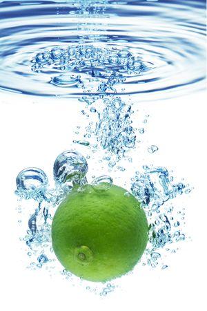 acido: Burbujas formando en agua azul despu�s de cal es caer en ella.