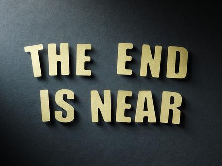 poblíž: Slovo se blíží konec v cut out papírové dopisy na papíře pozadí