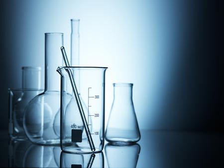 material de vidrio: Cristalería de laboratorio sobre fondo de color Foto de archivo