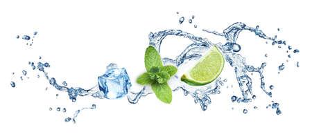 cubo: Los cubos de hielo, hojas de menta, limón y salpicaduras de agua sobre un fondo blanco. Mojito.