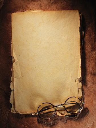 letras de oro: Vidrios de la vendimia en el papel viejo Foto de archivo