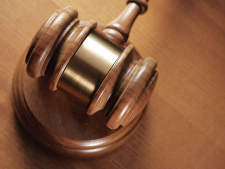 martillo juez: juez martillo de madera hasta background.Close