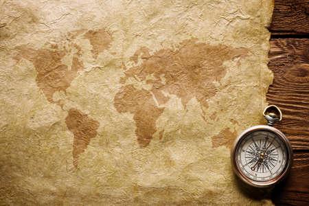 brujula: Cerrar vista Compass de papel y cart�n madera Foto de archivo