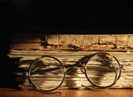 libros antiguos: Vidrios antiguos en el libro viejo degradado. Vista de primer plano Foto de archivo