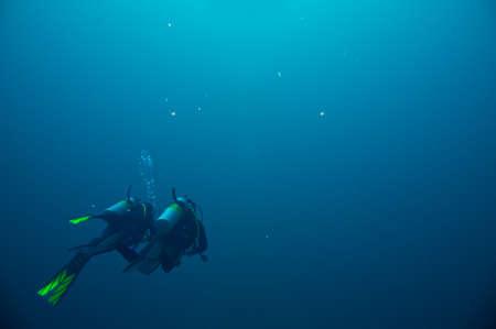 picada: Un par de buzos se embarcó en una aventura bajo el agua en el Mar Rojo Foto de archivo