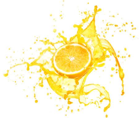 succo di frutta: Succo d'arancia spruzzi con i suoi frutti isolato su sfondo bianco Archivio Fotografico