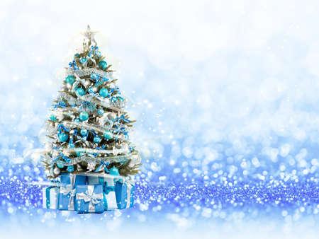 boom: Kerstboom van de xmas lichten spelen met het licht. Blauwe bokeh achtergrond Stockfoto