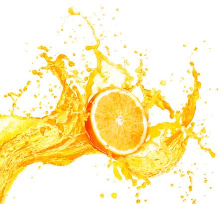 jugo de frutas: Salpicaduras Zumo de naranja con sus frutos aislados en el fondo blanco