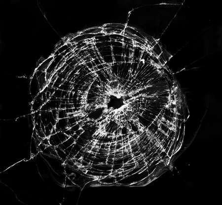 ventana rota: Ventana rota, se parece a un agujero de bala.  Foto de archivo