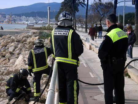 Firemen and some local policemen working together to extinguish a little fire Stock Photo - 412842