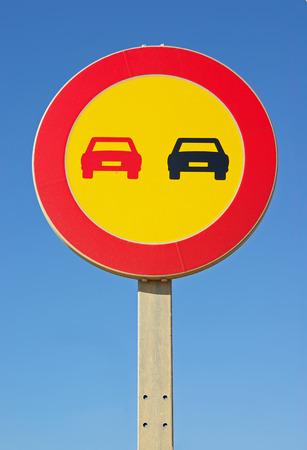 señal de transito: Fondo amarillo No hay señal de adelantamiento en una carretera