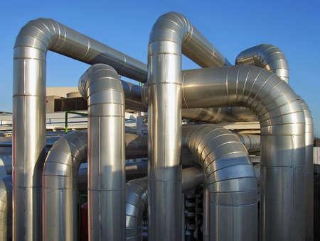 turbina de vapor: Calentador de agua de los tubos de distribuci�n del sistema de calefacci�n en una f�brica  Foto de archivo