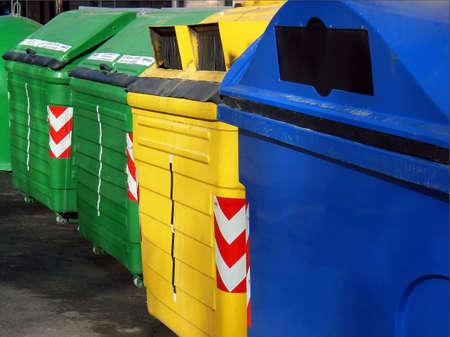 separacion de basura: La papelera de reciclaje de contenedores para separar los materiales (Mallorca - Islas Baleares - Espa�a)