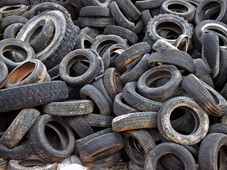 stockpiling: Una gran cantidad de llantas objeto de dumping en un vertedero  Foto de archivo
