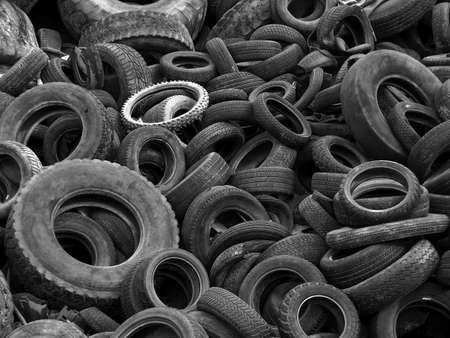 stockpiling: Blanco y negro los neum�ticos viejos en un vertido Foto de archivo