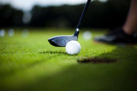 Golfball auf der grünen Wiese, Fahrer