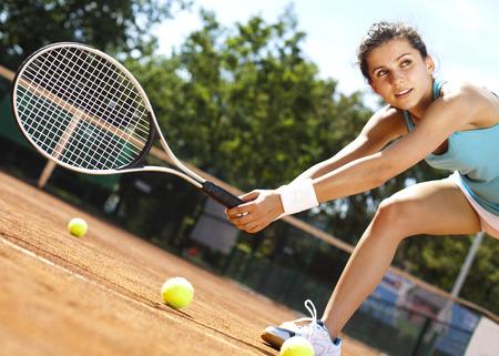 raqueta de tenis: Joven jugador de tenis de la mujer en la cancha