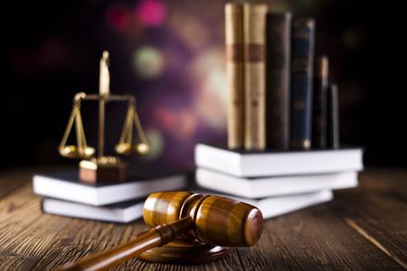 martillo juez: Escalas de libro de la justicia, martillo y el derecho Foto de archivo