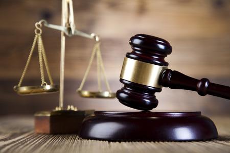 martillo juez: Balanza de la justicia, mazo y la ley del libro