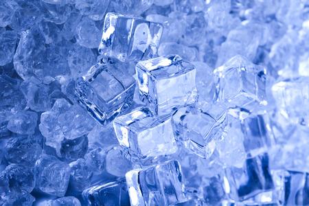 cubos de hielo: Cubitos de hielo azul y brillante