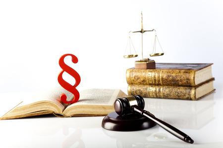paragraf: Wooden gavel barrister, justice concept, paragraph