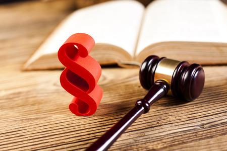 paragraf: Judge gavel, Paragraph sign symbol Stock Photo
