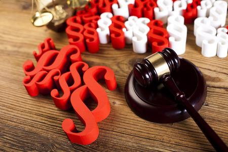 paragraf: Judge wooden gavel and paragraph symbols