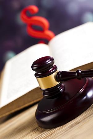 paragraf: Justice gavel and paragraph symbols