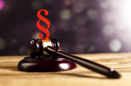 paragraf: Wooden gavel barrister and paragraph symbol