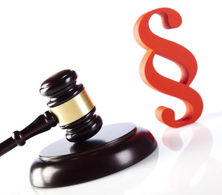 paragraf: Judges wooden gavel and paragraph symbol