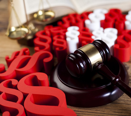 paragraf: Court Gavel and paragraph signs