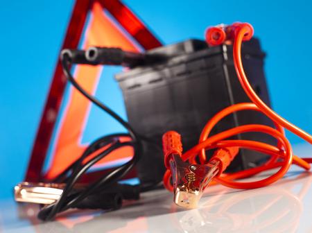 pezones: Bater�a de coche con dos cables de puente recortado Foto de archivo