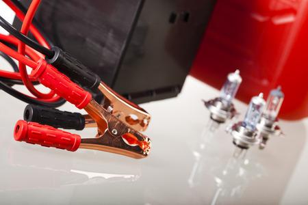 pezones: Batería de coche con dos cables de puente recortado en vivo concepto moto
