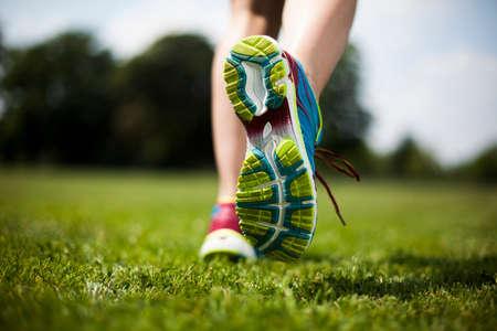 estilo de vida: Mulher do treinamento e estilo de vida saudável