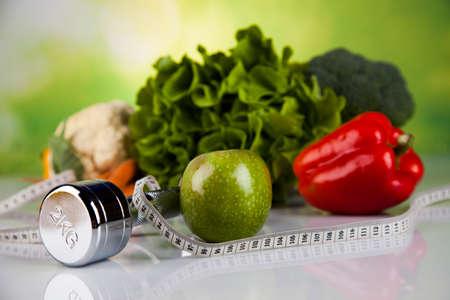 alimentacion sana: Equipo de la aptitud y la comida sana Foto de archivo