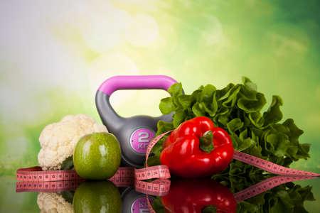 alimentos saludables: Equipo de la aptitud y la comida sana Foto de archivo