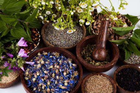 medicina natural: La medicina natural, hierbas, mortero
