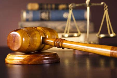 abogado: Escalas de la justicia, martillo y los libros Foto de archivo