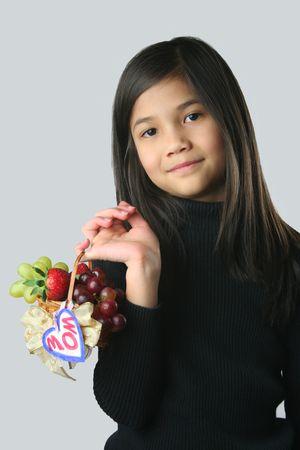 fruitmand: Kind met Mini Fruit Basket Stockfoto