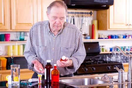 mirada triste: El hombre mayor se prepara para tomar la medicina