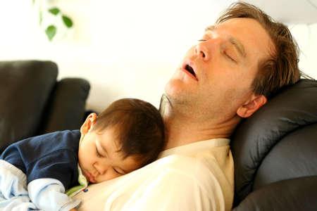 agotado: Padre dormido en silla de beb� en el pecho