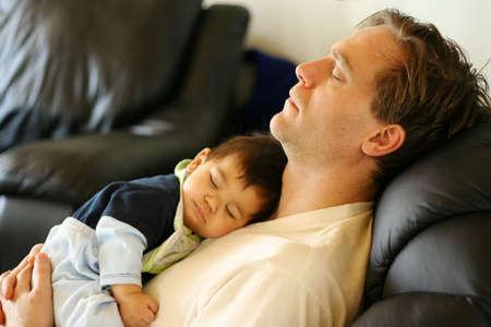 vater und baby: Vater, Baby schlafen wie Babys, beachten Sie: Fokus auf Vater  Lizenzfreie Bilder