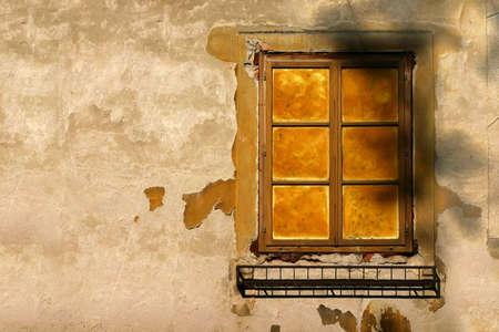 morter: Vecchia finestra con rovinato muro giallo